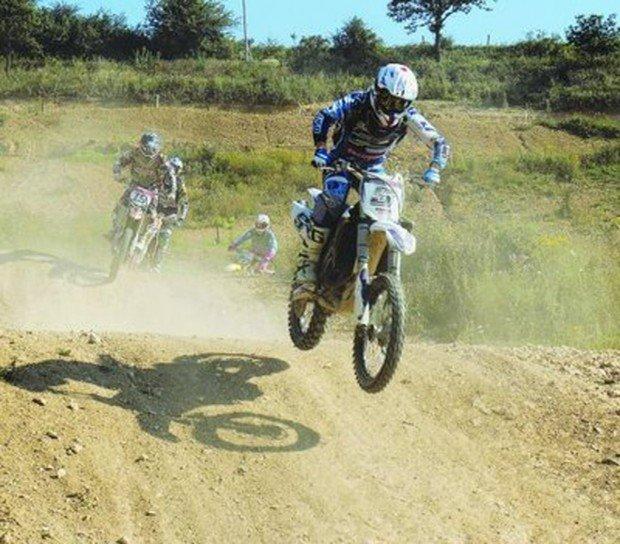 """Motocross riders in Bosville Terrain de motocross"""