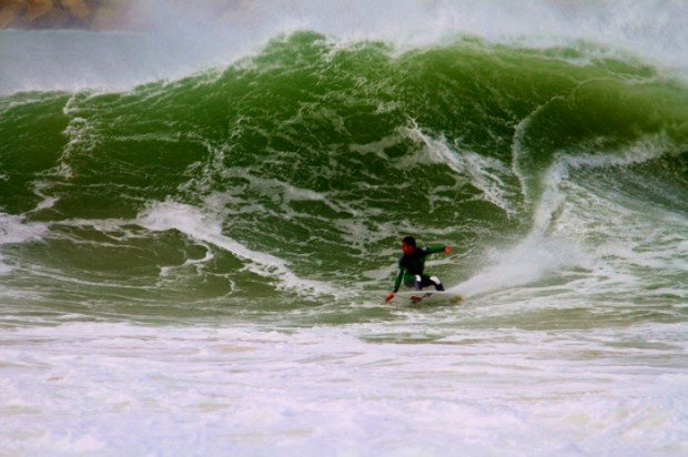 """Surfing in Molhe Leste"""
